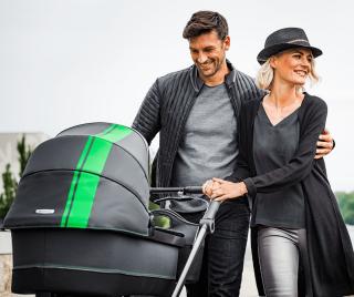 Семейство на разходка с Бебешка количка с кош за новородено Mercedes-Benz AMG GT